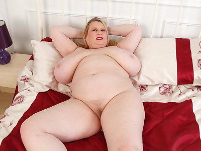 Big titted BBW Samantha Sanders rubs her fanny