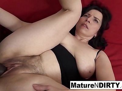 Mature with natural tits gets a creampie respecting her hairy pussy!