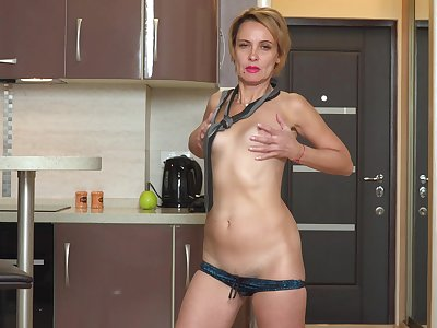 Homemade video of flat ass Oliya having fun in the kitchen