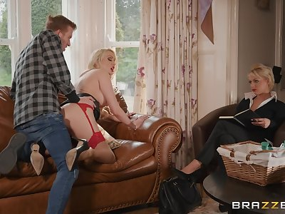 Saleswoman Amber Jayne fucks a customer roughly counterfeit of a trainee
