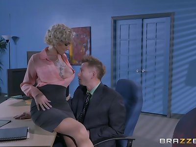Man's hot to trot dig up suits the mature sissified boss with the fuck of her life