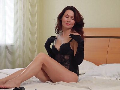 Integument of foxy cougar Ptica pleasuring her pussy with a dildo