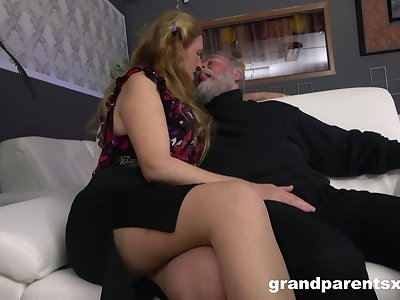 Senior couple has a ton be advantageous to fun in the presence be advantageous to two sexy strippers