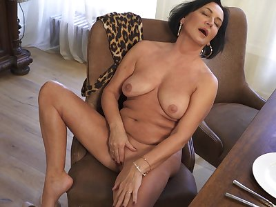Naked mature woman rubs her shaved cunt in flawless home solo